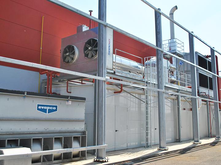 Impianto di trigenerazione di un'azienda plastica di Padova. La foto mostra: container, torre evaporativa, gruppo frigo