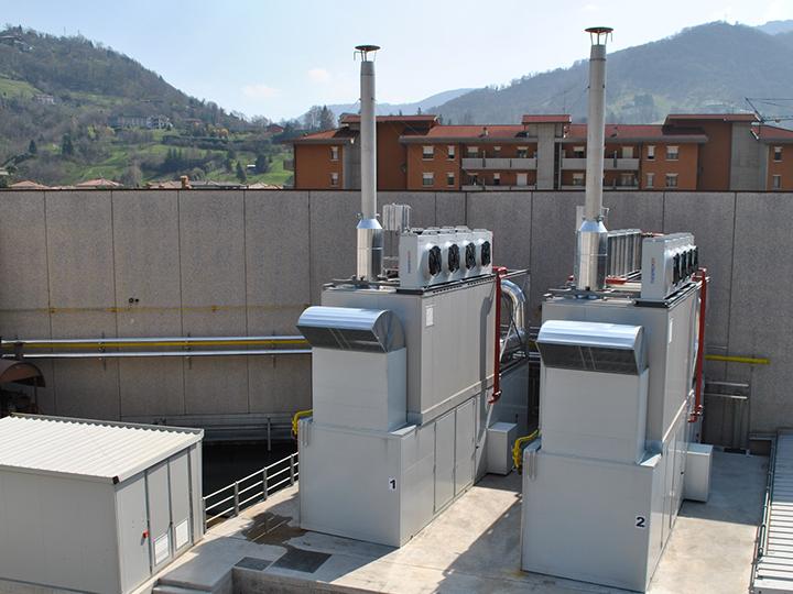 Cabina elettrica e due container di un impianto di cogenerazione in una azienda tessile in provincia di Bergamo