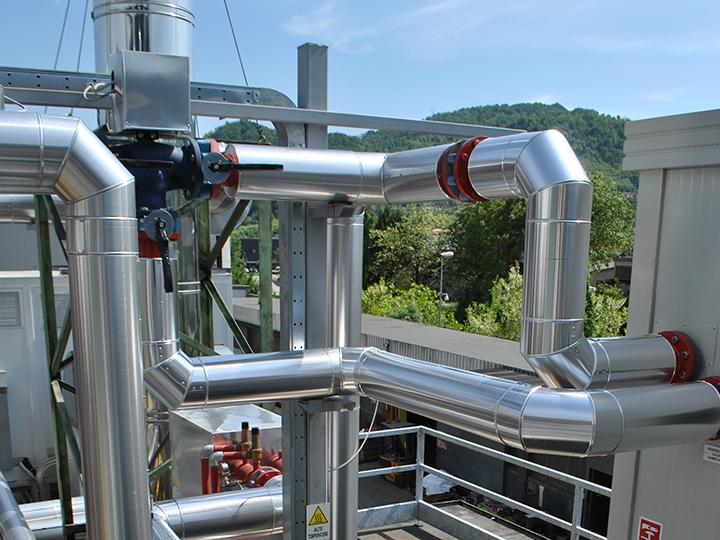 Dettaglio della linea fumi di un impianto di trigenerazione in un'azienda plastica in provincia di Vicenza