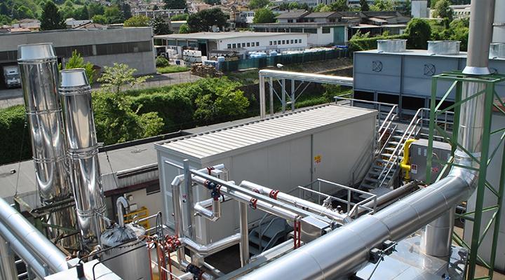 Visione dall'alto del frigorifero d'assorbimento di un impianto di trigenerazione in un'azienda plastica in provincia di Vicenza.